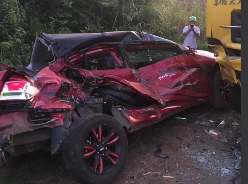 Xe ô tô con bị vò nát khiến một người chết, ba bị thương.