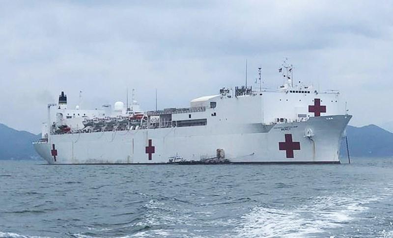 Tàu bệnh viện USNS Mercy trên vịnh Nha Trang. Ảnh: TẤN LỘC