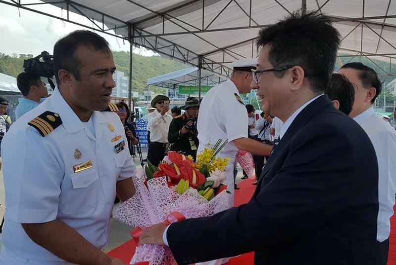Đại diện cơ quan hữu trách tỉnh Khánh Hòa chào đón các chỉ huy tàu USNS Mercy. Ảnh: TẤN LỘC