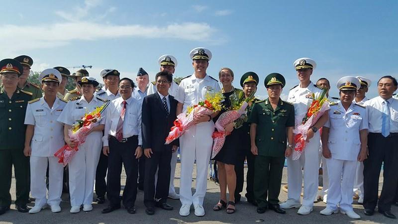 Lãnh đạo các cơ quan hữu trách tỉnh Khánh Hòa chào đón các chỉ huy chương trình Đối tác Thái Bình Dương năm 2018. Ảnh: TẤN LỘC