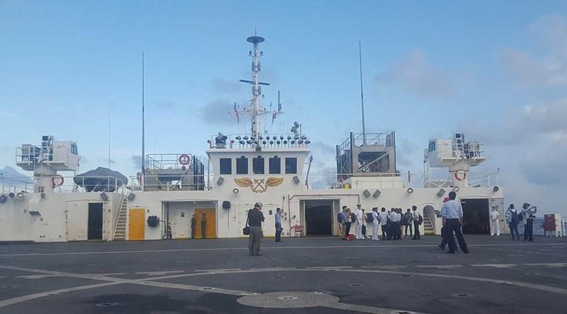 Trên boong tàu USNS Mercy. Ảnh: TẤN LỘC