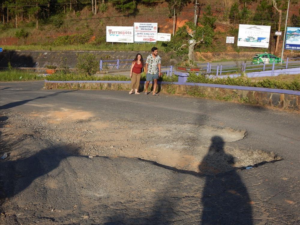 Một số khách quốc tế phải gửi xe để đi bộ vào hồ Tuyền Lâm. Ảnh: Hoàng Tỷ