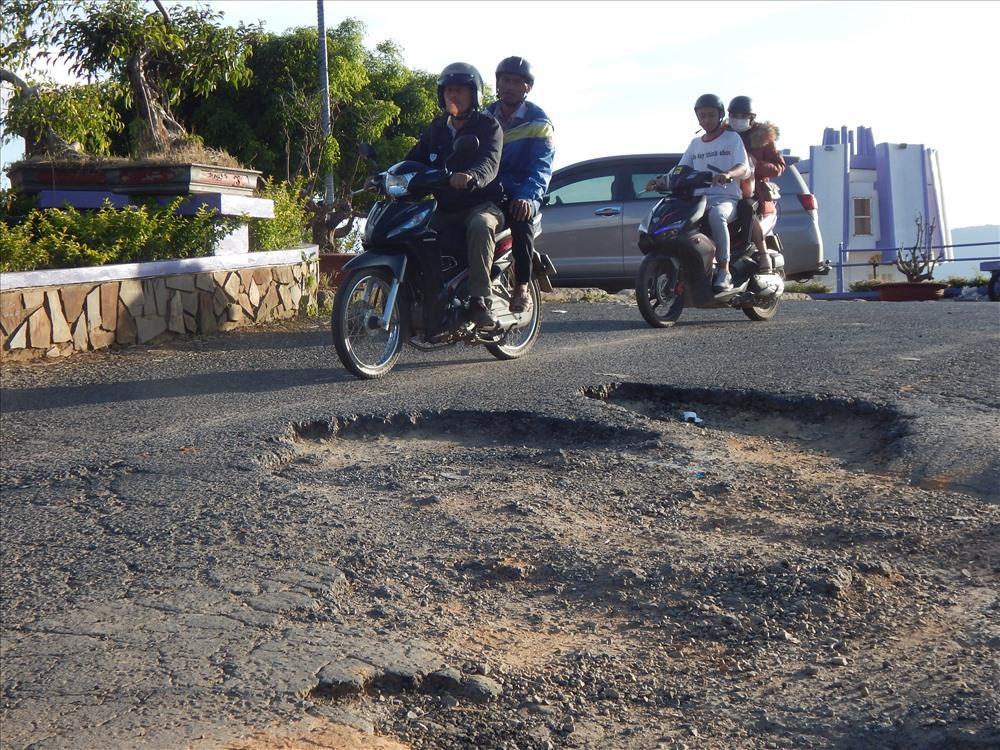 Nhiều du khách ngồi sau xe máy phải thót tim nhìn tài xế di chuyển qua khỏi khu vực nguy hiểm. Ảnh: Hoàng Tỷ