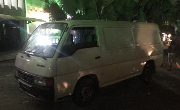 Chiếc xe chở nhóm người đập phá, đe dọa xe giường nằm.
