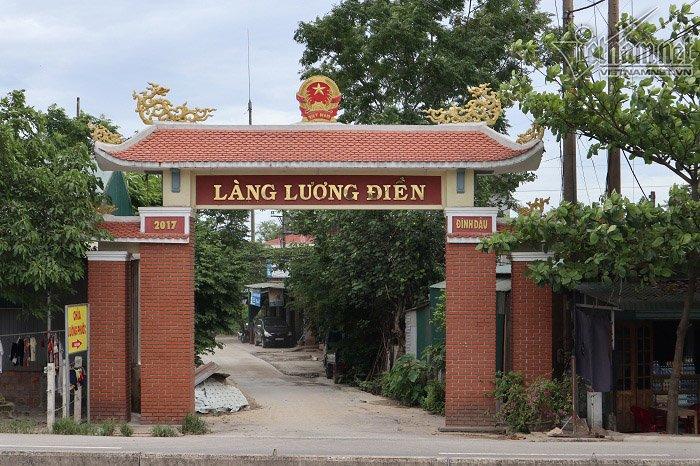Cổng làng Lương Điền dẫn vào nhà các nạn nhân