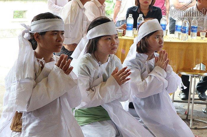 Chị Yên cùng người thân quỳ trước linh cữu chồng, mẹ và cháu.