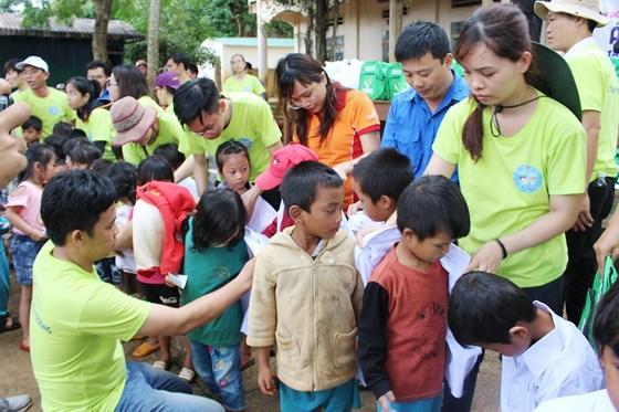 Trao áo trắng cho học sinh Trường Tiểu học Lê Mã Lương