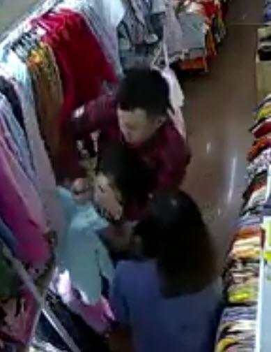 Tên cướp bịt miệng và đâm nữ nhân viên tới tấp.