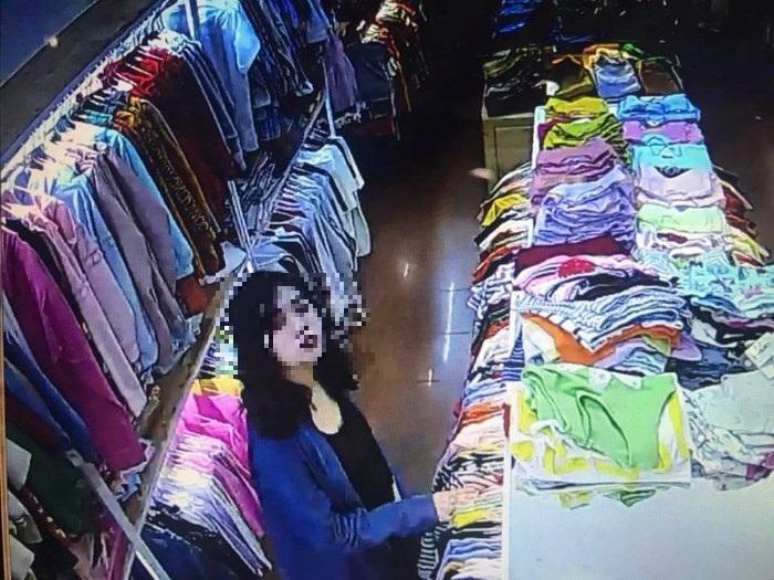 Cận cảnh khuôn mặt hai đối tượng lúc gây án trong cửa hàng quần áo.