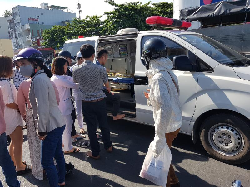 Nam thanh niên được đưa đi bệnh viện cấp cứu