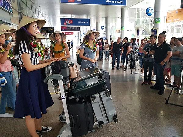 Đoàn Hoa hậu Thế giới 2016 xuất hiện tại sân bay quốc tế Đà Nẵng chiều 5/8 trong sự chào đón nồng nhiệt của các PV và người dân (Ảnh: HC)
