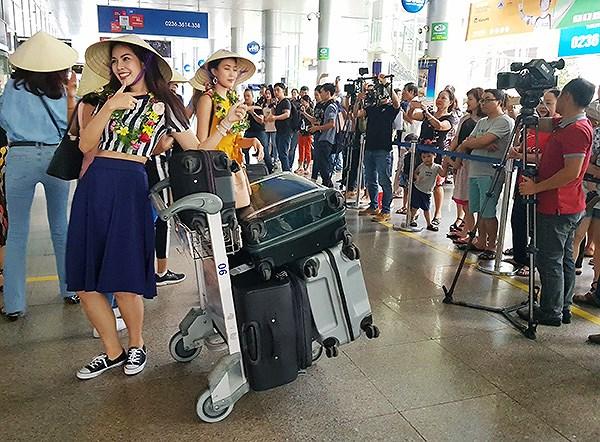 CácMiss World 2016 rất vui vẻ tao dáng trước ống kính PV và sự chào đón nồng nhiệt của các fan hâm mộ tại sân bay quốc tế Đà Nẵng