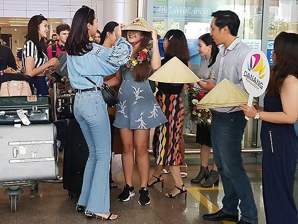 Trong vai trò chủ nhà, Hoa hậu Trương Diệu Ngọc đội nón lá cho các bạn hoa hậu...