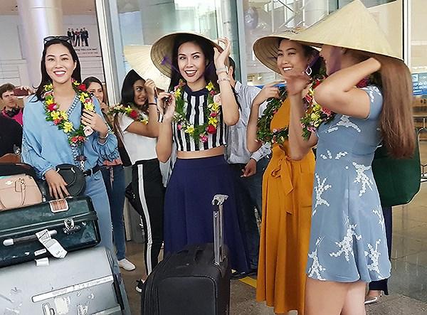 CácMiss World 2016 duyên dáng và điệu đà với chiếc nón lá Việt Nam