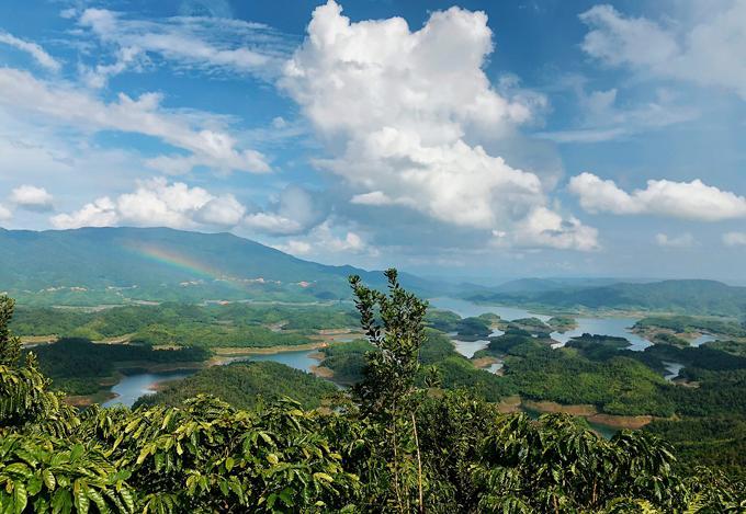 Hồ Tà Đùng, Đăk Nông Hồ Tà Đùng, thuộc xã Đak Som, huyện Đak G'long, tỉnh Đắk Nông, nằm trong khu bảo tồn thiên nhiên Tà Đùng. Nơi đây được mệnh danh là vịnh Hạ Long thu nhỏ của Tây Nguyên.