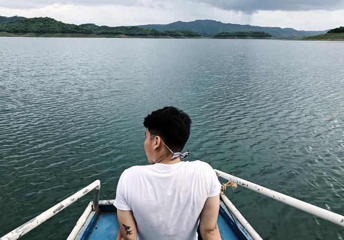 Bạn có thể lên thuyền từ bến Tà Đùng để thong dong, thư giãn.