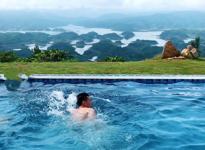 Từ TP HCM, để đến hồ Tà Đùng, bạn đi theo QL 13 đến thị xã Gia Nghĩa, huyện Đak G'long, sau đó xuôi theo QL28, hướng đi Di Linh. Khoảng cách từ TP HCM đến hồ Tà Đùng khoảng 260 km. Hồ Tà Đùng cách TP Đà Lạt khoảng 150 km.