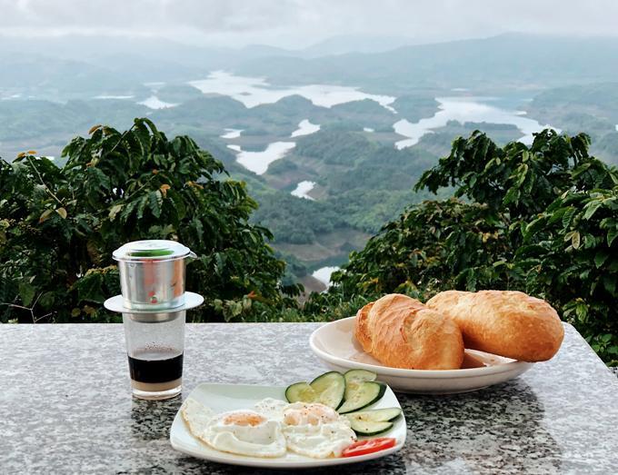 Ở hồ Tà Đùng, bạn có thể thuê homestay hoặc cắm trại để tận hưởng không khí trong lành.
