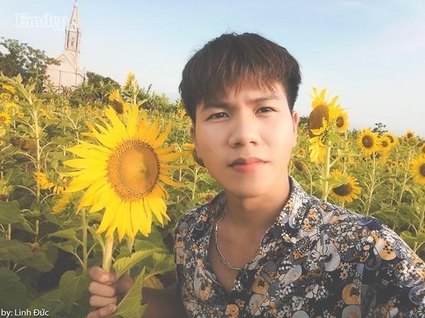 Linh Đức (18 tuổi, Thái Bình) cho biết cánh đồng hoa hướng dương này được trồng thử nghiệm trong dự án nông nghiệp cho giới trẻ ở Song Lãng