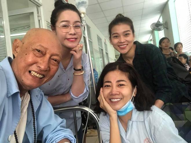 Nam diễn viên Lê Bình và Mai Phương vui vẻ tới thăm hỏi nhau khi cùng điều trị ung thư tại bệnh viện.