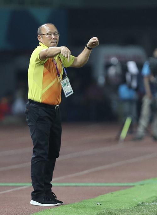 HLV Park Hang-seo chỉ đạo học trò trong trận tứ kết.