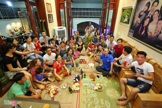 Người thân, làng xóm đến xem trận tứ kết ASIAD giữa Việt Nam và Sysia tại gia đình cầu thủ Văn Toàn. Ảnh: Tùng Nguyễn.