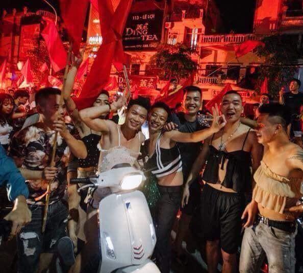 """Nhóm thanh niên xuống đường ăn mừng với trang phục hết sức """"bánh bèo""""."""