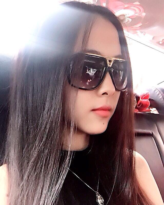 Nguyên Nguyên sở hữu gương mặt trái xoan xinh xắn. Trên trang cá nhân, cô nàng không có bất kỳ hình ảnh chung nào với Minh Vương.