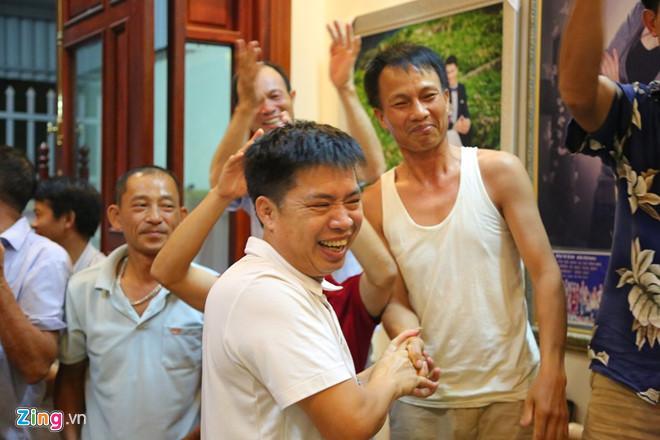 Bố Văn Toàn chia vui cùng mọi người sau khoảnh khắc con trai ghi bàn thắng quyết định. Ảnh: Ngọc Tân.
