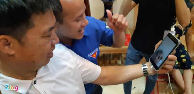 Ông Tạo gọi con trai hỏi thăm tình hình sau khi trận đấu kết thúc. Ảnh: Ngọc Tân.