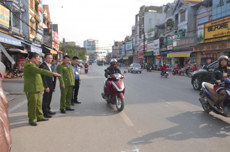 Ông Khuất Việt Hùng cùng Công an Tx. Phổ Yên kiểm tra hiện trường vụ tai nạn khiến 4 người đi bộ sang đường tử vong