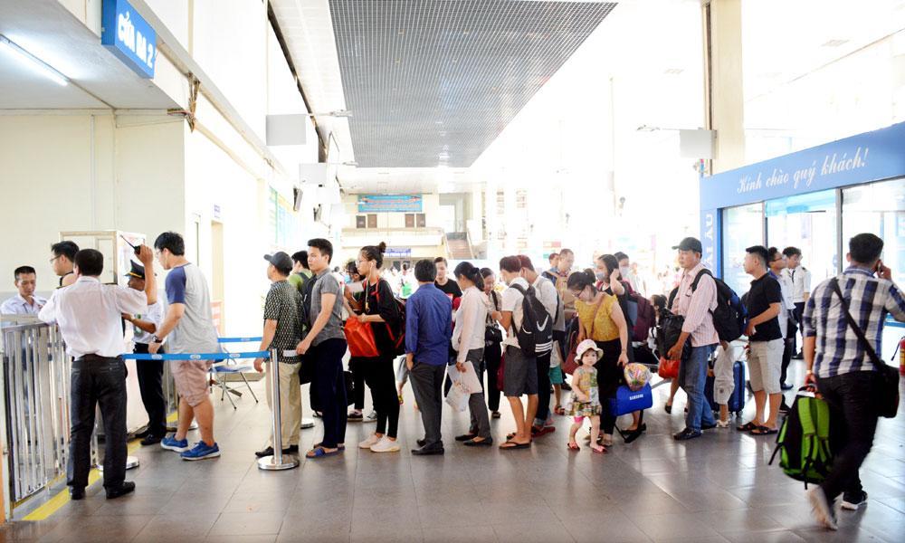 Tại Bến xe Gia Lâm, lượng hành khách cũng tăng đột biến so với ngày thường.
