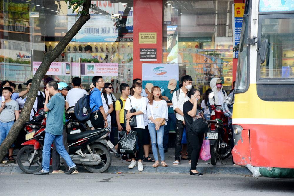 Rất đông hành khách chờ xe buýt trên đường Trần Nhật Duật (Hà Nội), để ra các bến xe về quê nghỉ lễ.