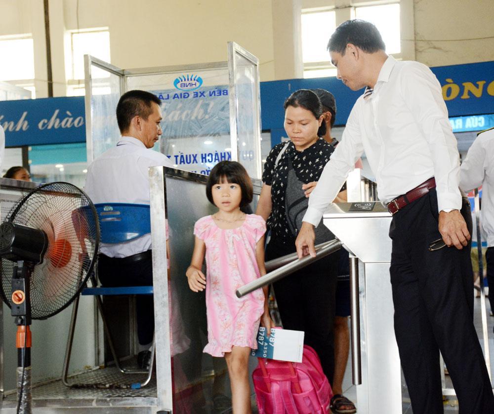 Theo ông Nguyễn Đức Vui, Giám đốc Bến xe Gia Lâm, để đảm bảo đủ phương tiện phục vụ người dân về quê nghỉ lễ, bến xe đã phối hợp với các doanh nghiệp vận tải tăng chuyến, chủ yếu trên các tuyến từ Hà Nội đi Hải Phòng, Thái Bình, Bắc Giang, Hưng Yên và một số tuyến lân cận có cự ly dưới 300km.