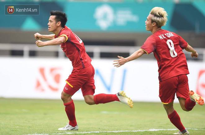 Văn Quyết ăn mừng bàn gỡ hòa 1-1 cho Olympic Việt Nam. Ảnh: Tùng Lê.