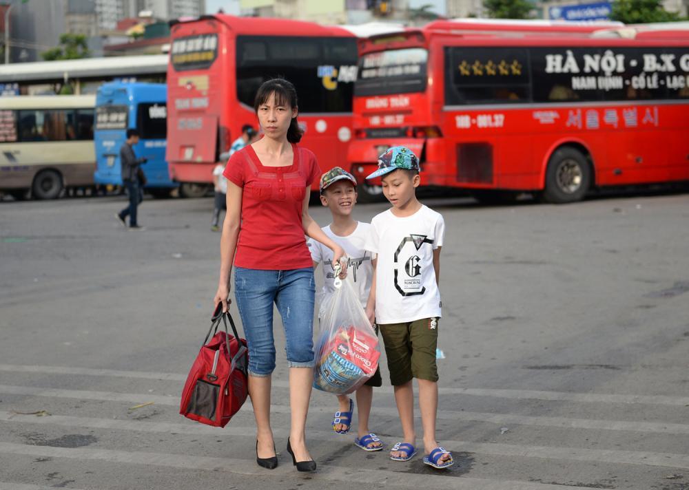 Do nhiều xe đi Nam Định, Thái Bình, Thanh Hóa bằng đường cao tốc, ba mẹ con quê Phủ Lý đành phải bắt xe khách khác về quê cho tiện đường.