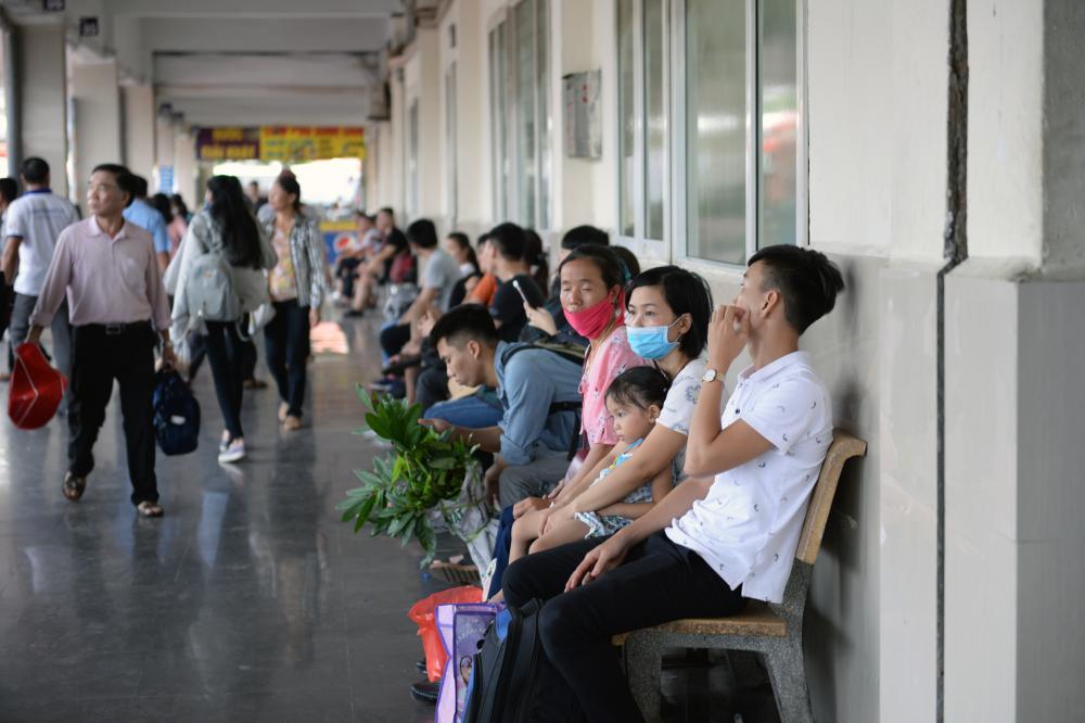 Sau nhiều giờ di chuyển ra bến, nhiều người cảm thất mệt mỏi khi phải chờ đúng xe về quê.