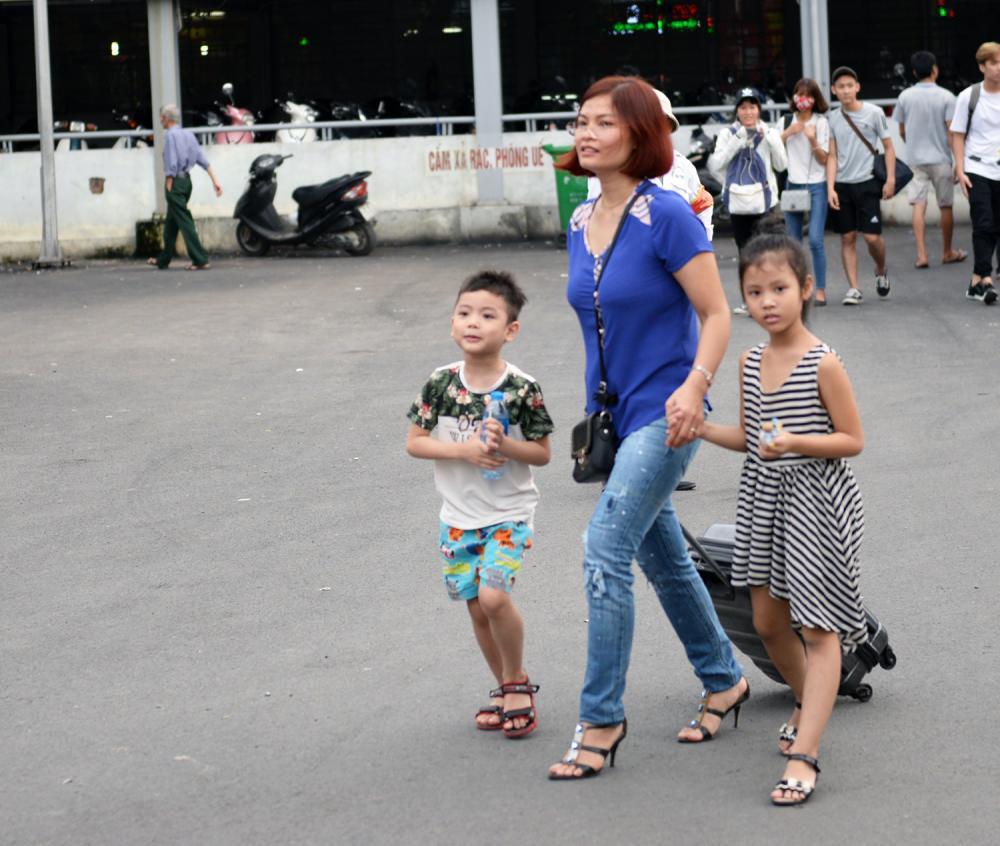 Quốc khánh 2-9 năm nay được nghỉ ba ngày, một số gia đình chỉ mang đồ gọn nhẹ về quê.