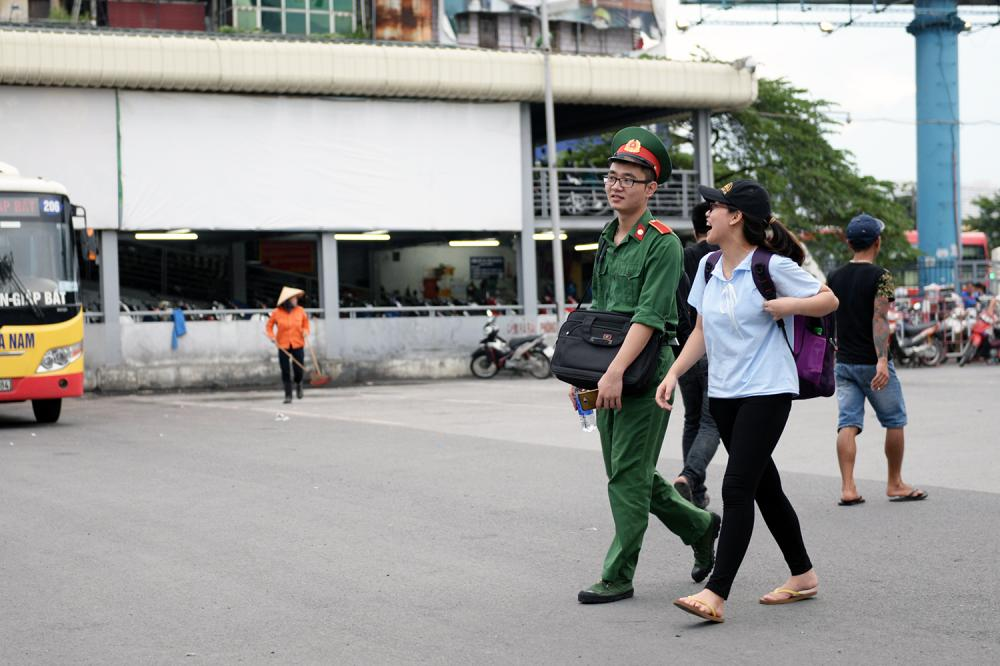 Học viên một trường  trong quân đội đi cùng bạn gái về quê.