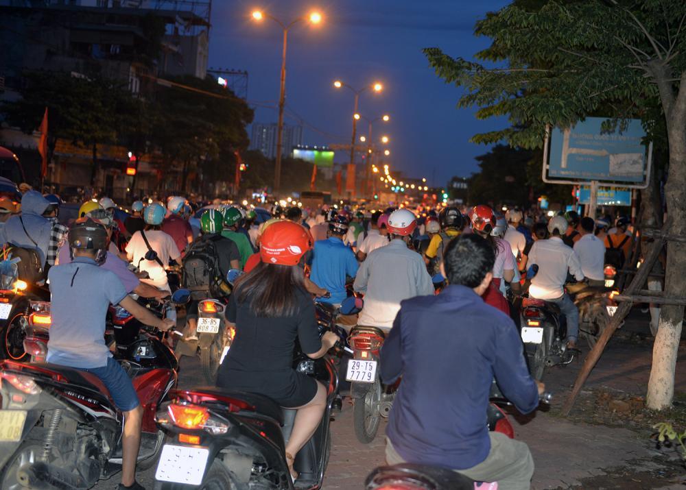 Khoảng 18 giờ cùng ngày, tại đường Giải Phóng đoạn rẽ vào Linh Đàm xảy ra tình trạng ùn tắc kéo dài nhiều giờ đồng hồ.