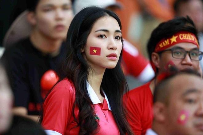 Nữ ca sĩ trên khu vực khán đài để cổ vũ đội tuyển Olympic Việt Nam.