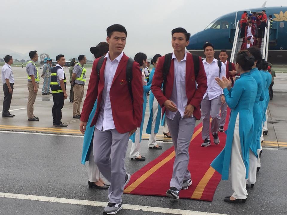 Cầu thủ Đỗ Duy Mạnh đi trước, theo phía sau là Đoàn Văn Hậu (Ảnh: Dân Việt)
