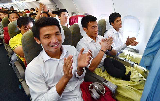 Khoảnh khắc huấn luyện viên Park cùng các học trò hát vang Quốc ca của Việt Nam trên máy bay (Ảnh: Zing.vn)