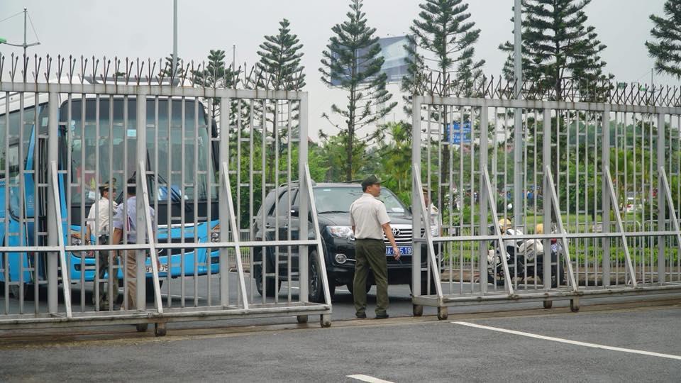 An ninh sân bay được thắt chặt, đảm bảo cho các cầu thủ trẻ được di chuyển đúng lịch trình (Ảnh: Dân Việt)