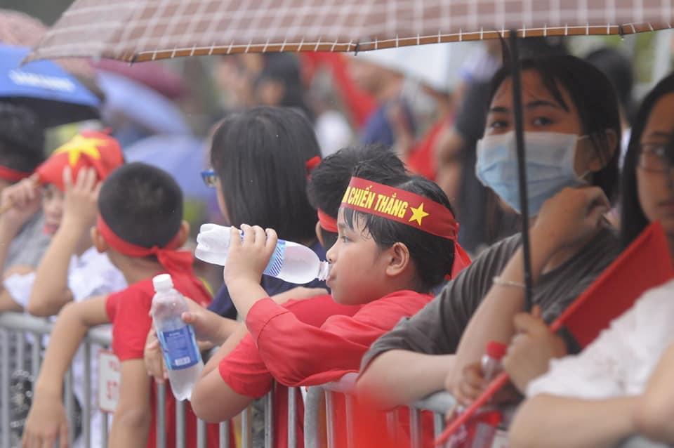 Người hâm mộ đã có mặt ở sân bay từ rất sớm để đón các cầu thủ trẻ trở về.