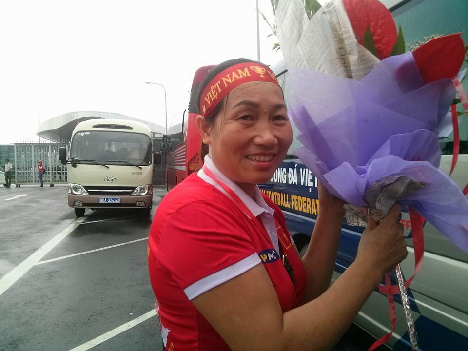 Bà Tăng Thị Đua (mẹ của Văn Toàn) mang hoa ra sân bay đón con (Ảnh: Dân Việt).