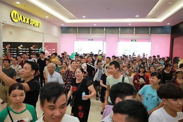 Hàng nghìn người dân Bắc Ninh háo hức trải nghiệm Vincom Plaza Lý Thái Tổ ngay sau giờ khai trương