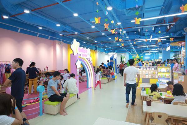 Các khu vui chơi giải trí với những trò chơi hiện đại tại các TTTM Vincom luôn thu hút khách hàng ở đủ mọi lứa tuổi.