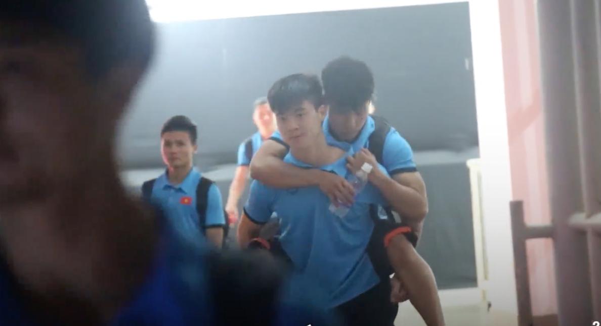 Hình ảnh xúc động Duy Mạnh cõng Văn Thanh về khách sạn sau trận đấu gặp UAE.
