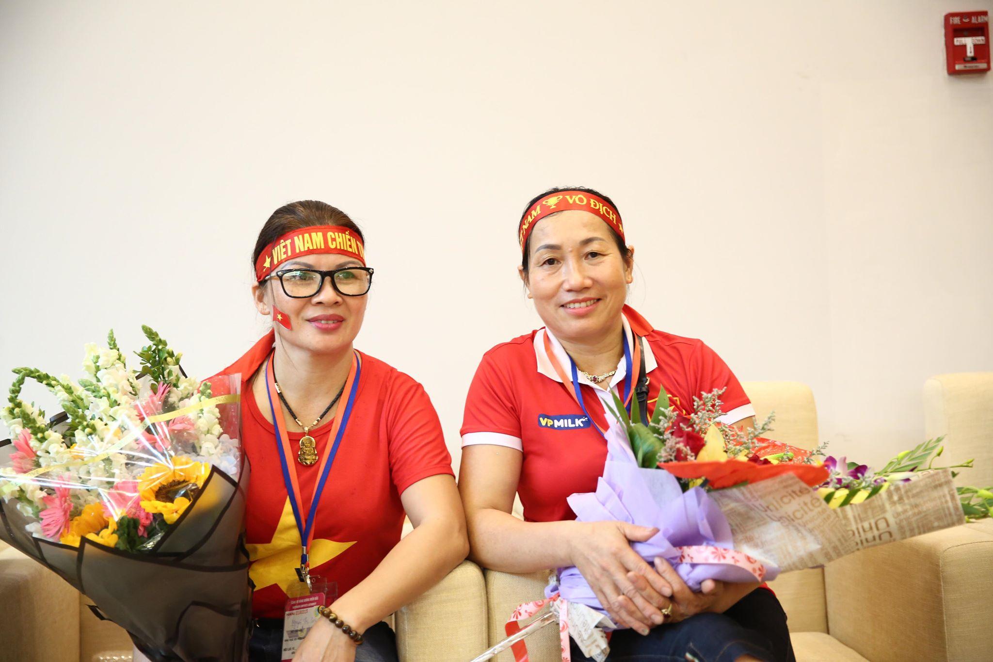 Gia đình các cầu thủ Quang Hải và Văn Toàn đang ngồi trong phòng chờ.